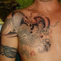 Tatuaggio sul petto il dragone grande