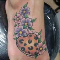 bel tatuaggio fiori viola con cuore colore leopardo tatuaggio su piede