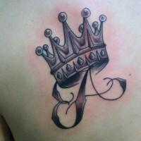 lettera e corona tatuaggio sulla scapola