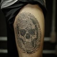 Linework estilo tinta negra muslo tatuaje de huella digital estilizada con cráneo humano