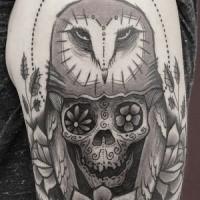 Strichmuster Stil schwarze Tinte Oberarm Tattoo von Eule stilisiert mit Totenkopf von Dino Nemec