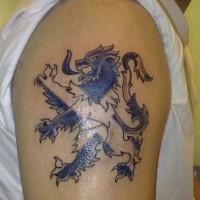 leone con bandiera scozzese blu tatuaggio su spalla