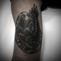 piccolo nero e bianco corvo con lettere tatuaggio su braccio