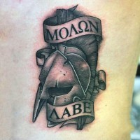 piccolo nero e bianco elmo guerriero spartano con lettere tatuaggio su schiena