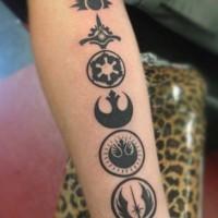 Tatuaje en el antebrazo, emblemas diferentes de la guerra de las galaxias