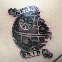Tatuaje en la espalda, estrella de la Muerte pequeña de la película Star Wars