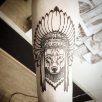 Tatuaje en el antebrazo, lobo indio en sombrero de plumas