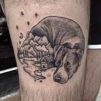 Kleiner schwarzer massiver Hund auf Oberschenkel Tattoo mit altem Haus und Bergen
