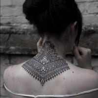 Tatuaje de encaje excelente en el cuello, tinta negra