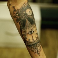 Tatuaje en el antebrazo, pirámide combinada con reloj viejo y ojo