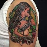 Kleines im Cartoon Stil farbiges Schulter Tattoo von indiaschem Mädchen mit Schriftzug und Blumen