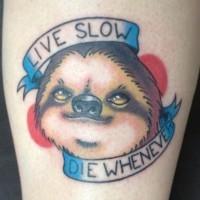 piccolo colorato divertente bradipo con lettere tatuaggio su braccio