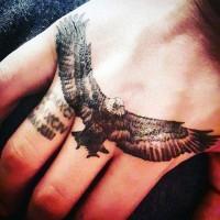 piccolo colorato realistico aquila tatuaggio su mano