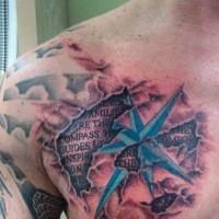 Tatuaje en el pecho,  inscripción debajo de la piel rasgada y estrella azul