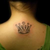 piccola corona tatuaggio sulla schiena di ragazza