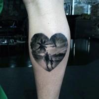 Tatuaje en la pierna, padre con su hijo en la playa