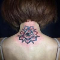 Tatuaje en el cuello, flor extraña combinada con estrella y ojo