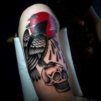 piccolo multicolore mistico sole insanguinato con corvo e cranio tatuaggio su braccio