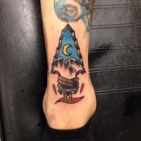 Tatuaje en el tobillo,  punta de flecha con dibujo de montañas y medialuna