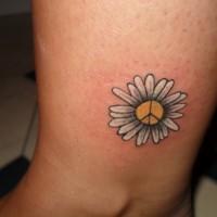 Tatuaje en el tobillo,  flor pequeña divina con signo de paz