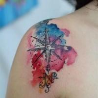 Tatuaje en el hombro, compás marino de acuarelas