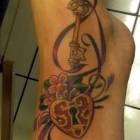 bel tatuaggio serratura e chiavi con nastro su piede