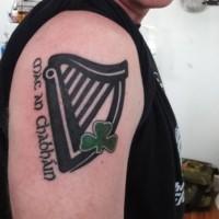 bello inchiostro nero musica con trifoglio verde tatuaggio