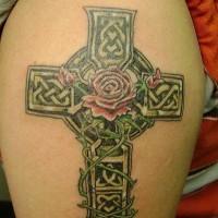 bella croce celtica irlandese con rose rosse tatuaggio sulla spalla