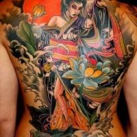 bellissimo colorato geisha tatuaggio sulla schiena intera