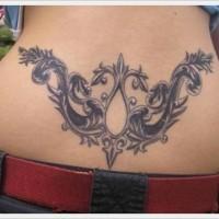 bellissimo modello tatuaggio su parte bassa di schiena