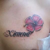 bello fiore rosa hawaiana con scritto tatuaggio su petto