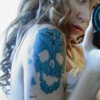 bella cranio con farfalle blu tatuaggio sulla schiena di ragazza