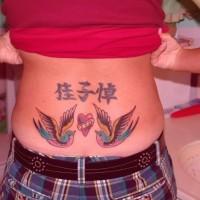 uccelli colorati con simboli cinesi tatuaggio su parte bassa  della schiena