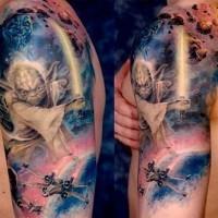 Tatuaje en el brazo, maestro Yoda fascinante en el cosmos