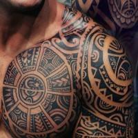 Herrliche schwarze  aztekische Verzierungen mit Schriftzug Tattoo an der Brust und Schulter