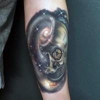 manifico disegnopiccolo colorato orologio aforma teschio in spazio tatuaggio su braccio