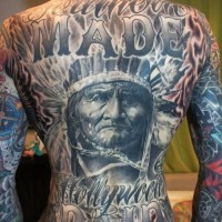 Herrliches massives sehr detailliertes Porträt des alten Indianers Tattoo am ganzen Rücken mit Schriftzug