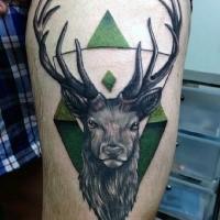Prächtiges im neue Schule Stil gefärbtes Oberschenkel Tattoo Hirsch mit grünem Ornament