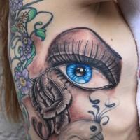 magnifico dipinto grande occhio blu tatuaggio su lato