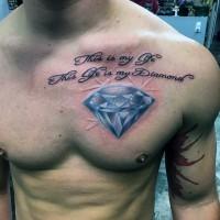 Tatuaje en el pecho,  diamante azul espectacular con inscripción