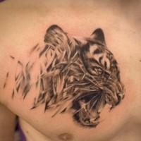 affascinante testa tigre aggressiva tatuaggio sul petto di uomo