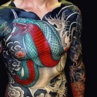 Massives im asiatischen Stil farbiges Tattoo am ganzen Körper mit Schlange und menschlichem Schädel