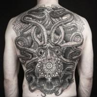 Massiver Aztekischer Stil schwarzweißesmythisches Kraken Tattoo mit dem Schädel am ganzen Rücken