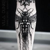 Tatuaje en el antebrazo, avispa venenosa con estrella estilizada, colores negro y blanco