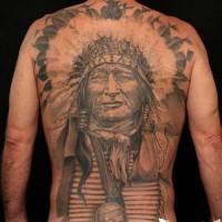 Massives echtes schwarzes und weißes sehr detailliertes Tattoo am ganzen Rücken mit altem Indianerhäuptling und Halskette