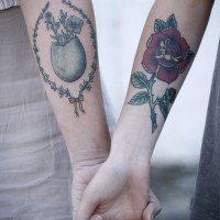 Matching cute friendship tattoos on legs for Tattoo scritte braccio interno
