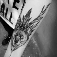 Tatuaggio per avambraccio nero di media grandezza con testa di orso e casco di Inez Janiak