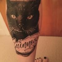 Memorial para gato de meninas com tatuagem de letras na perna