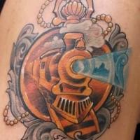 Tatouage coloré d'épaule de style commémoratif de train d'or avec l'horloge