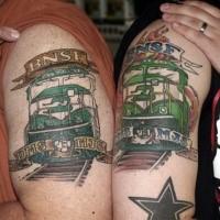 Memorial Style farbige Oberarm Tattoo von Zügen mit Schriftzug